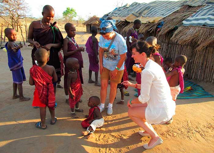 Любопытные туристы в деревне масаев