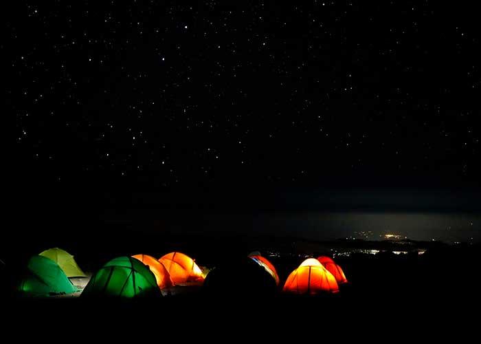 Ночной привал туристов в горах