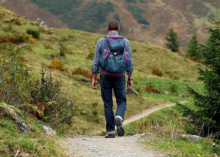 Турист в горах Танзании