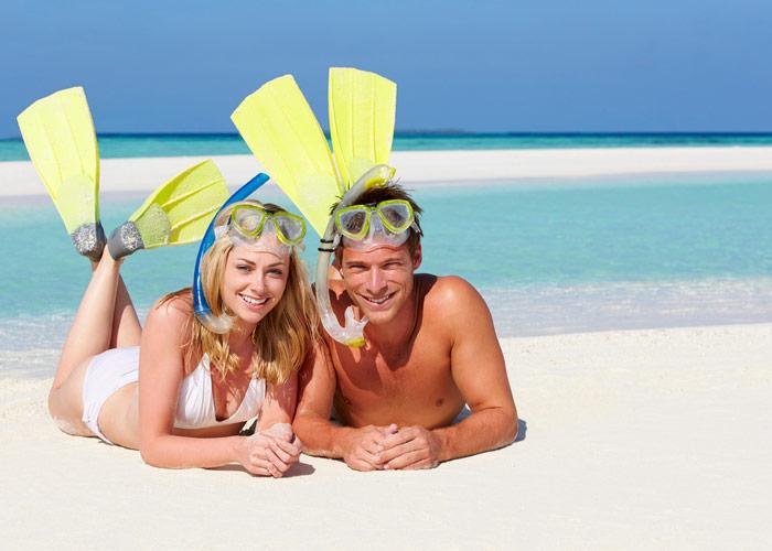 Туристы на пляже Занзибара
