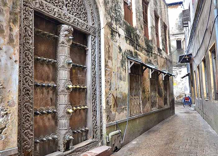 Двери с шипами в Стоун Тауне