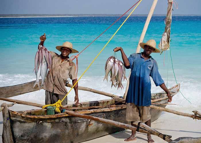 Счастливые африканские рыбаки